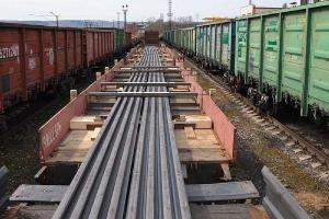 Фото - отгрузка длинномерных рельсов метро с размещением на нескольких вагонах