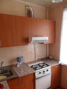Фото: вытяжка с гофрой, встроенная в кухонный шкафчик