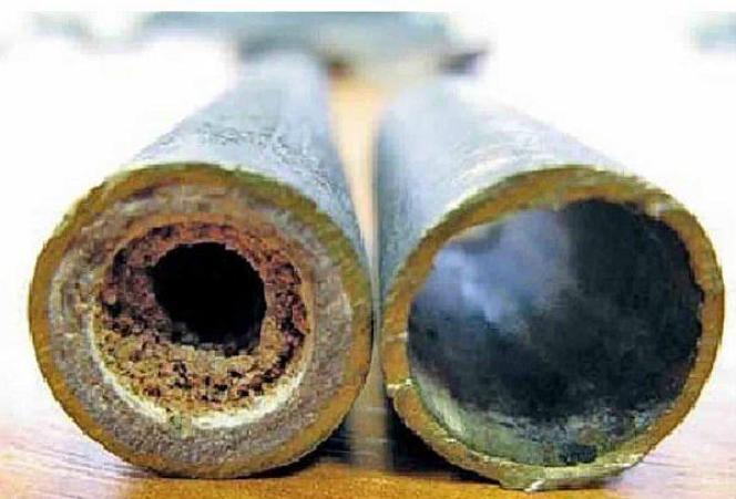 Фото 6. Засорение трубы известковыми отложениями и ржавчиной, справа – труба после очистки.