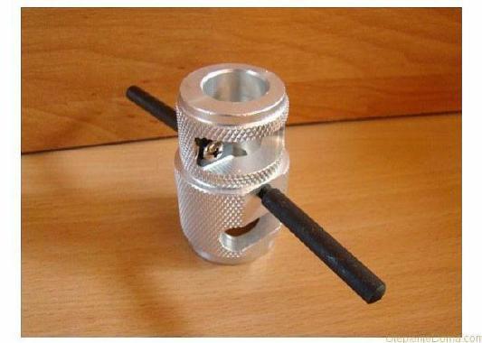 Фото – инструмент для зачистки конца трубы от фольги.