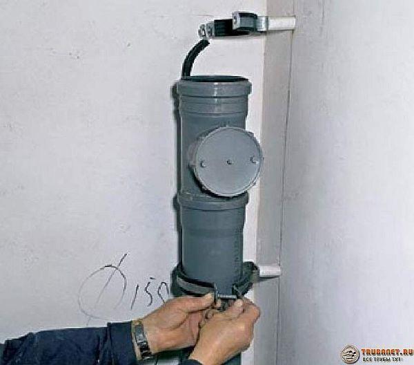 Фотография – стояк канализации с ревизией, из трубы диаметром 150 миллиметров.