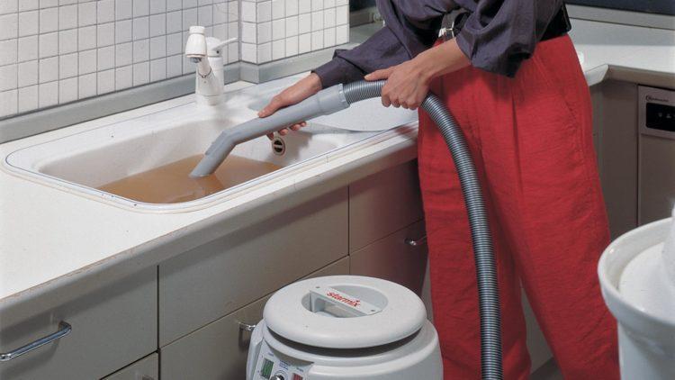 чистка раковины при помощи пылесоса