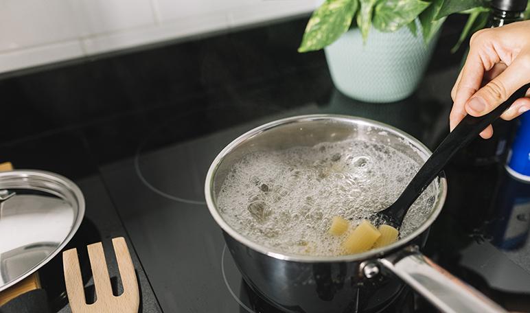 Cmo limpiar una olla quemada con agua y sal  Trucos de hogar caseros
