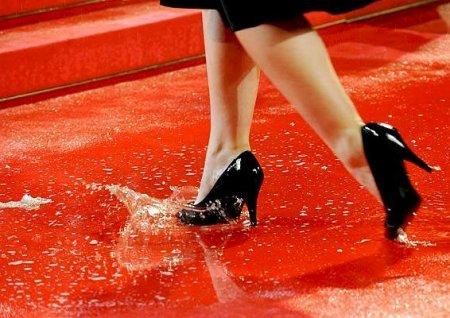 Marcas de lluvia en los zapatos de piel