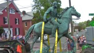 """""""Това е красив ден за демокрацията"""": Вирджиния изнася от столицата статуя на Робърт Лий"""