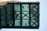 Fra King Bar ved havnen ser du rett opp til utsiktspunktet fra øvre heisstasjon. Skoene ser ut som maur. Veldig undereholdende en stund!