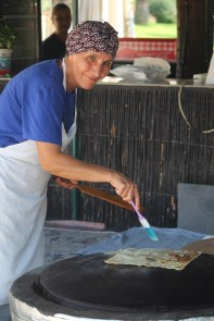 Lokal mat laget på plassen. Denne damen fant vi på en kafé i Ataturk-parken.