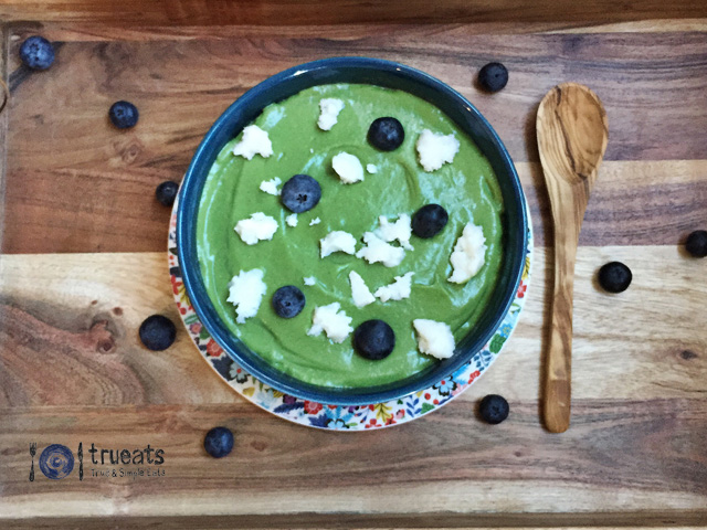 Green-superfood-smothie-bowl-keto-dairy-free | www.trueats.net