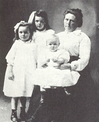 Belle Gunness, seen here with her children, murdered dozens of people in the early 1900s.