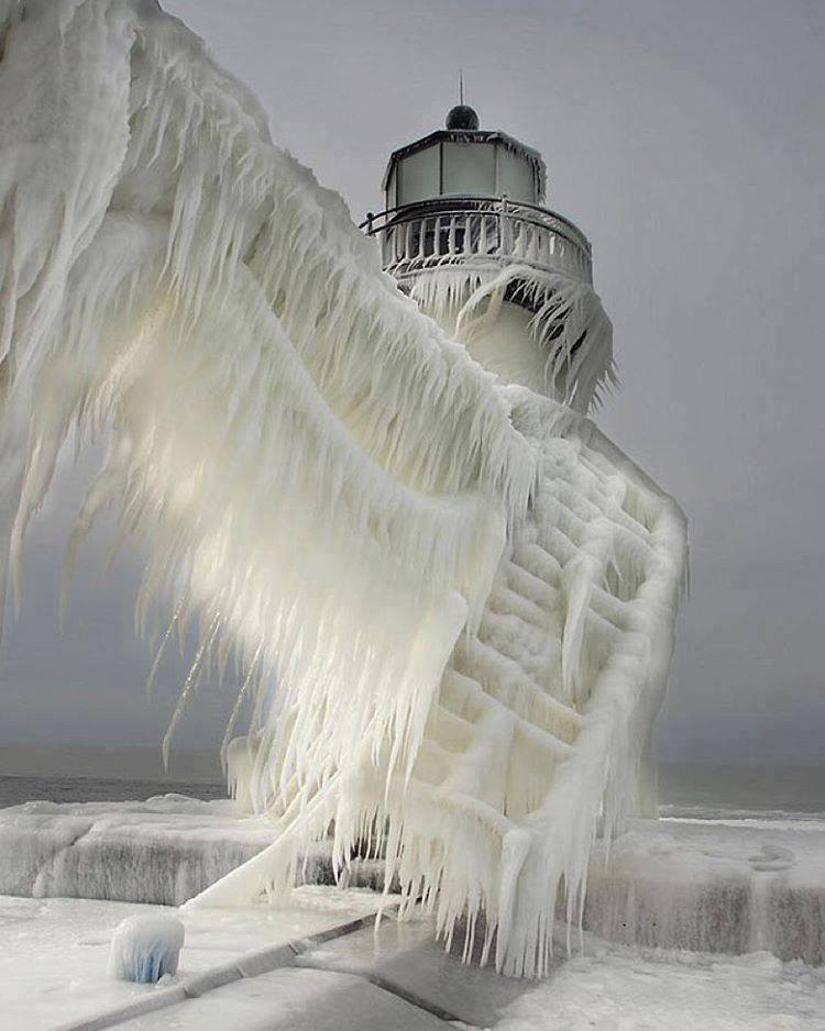 Amazing frozen lighthouse in Norway. :o