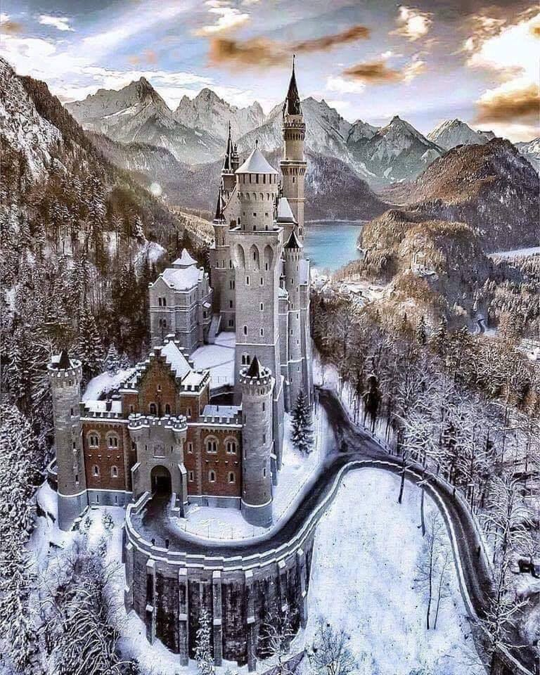 The Neuschwanstein Castle in Bavaria, Germany, is something straight out of a fairytale. :o