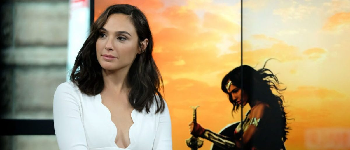 Gal Gadot In Military Uniform With An Uzi Is The Best Thing On The Internet Today