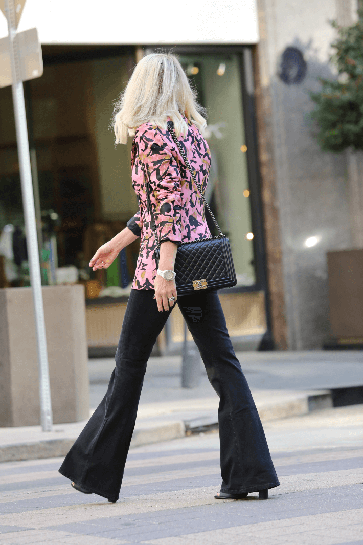 Blonde Hair blogger wearing pink blazer and carrying Chanel Boy Bag. #streetstyle #blondehair #chanelboybag