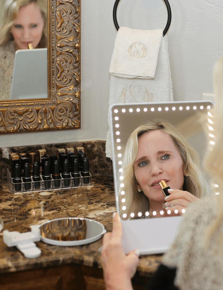 Dallas lifestyle blogger using Riki Loves Riki Skinny make-up mirror.