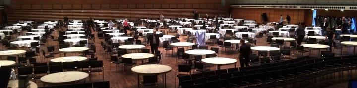 80 Tische im Aufbau