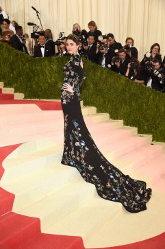 Bee chose the perfect dress. The shape of it highlights her figure and the flower pattern brings a majestic side to the look. SOURCE: http://www.vogue.com/slideshow/13429562/met-gala-2016-red-carpet-celebrity-fashion-live/#153