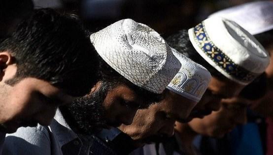 malaysia-muslims-praying-AFP-640x480