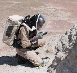 Пётр Романов (геолог) за работой