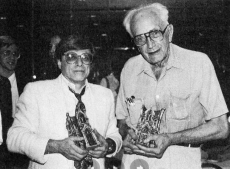 Харлан Эллисон и Фриц Лейбер с премиями Брэма Стокера, 1988 год
