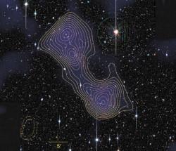 На глубокий снимок наложено распределение массы в сверхскоплении