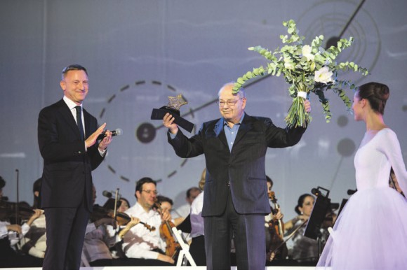 Дмитрий Ливанов награждает Дмитрия Зимина. Фото предоставлено пресс-службой Минобрнауки.