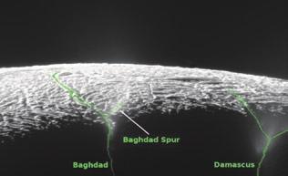 2. Карта гейзеров Энцелада. Те же самые сближения с уникальным спутником позволили локализовать разломы и бьющие из них гейзеры. Всего на Энцеладе насчитали 101 гейзер. Скорее всего, их питает тот самый подледный океан.