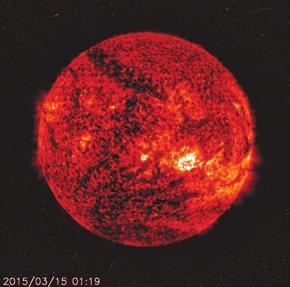 На фото за 15 марта с сайта SOHO (sohowww.nascom.nasa.gov/) видна корональная дыра в виде темной полосы