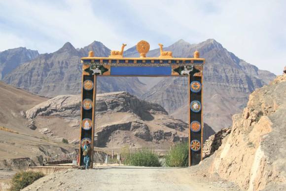 Буддийские врата.  Въезд в деревню Гулина. 7 октября 2011 года. Фото В. Скворцова