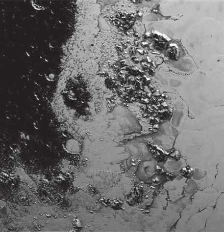На поверхности Плутона соседствуют друг с другом светлые и темные области. Темная область на снимке густо усыпана кратерами, что говорит о ее солидном возрасте