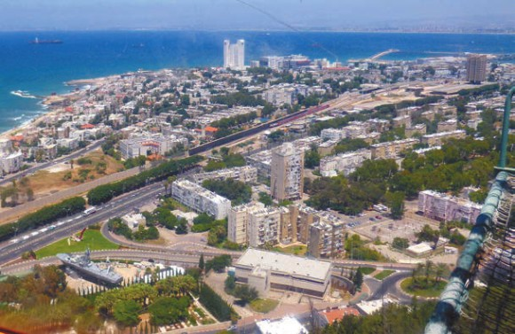 Хайфа. Вид с фуникулера. Наш городок на побережье — справа вверху