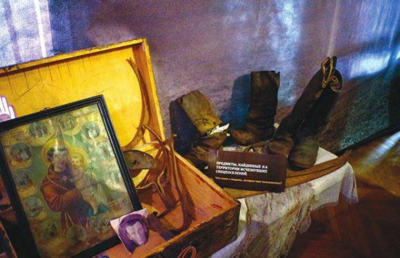 На переднем плане икона св. Антония Падуанского из семьи переселенцев Шутинских. Фрагмент фотографии Антона Викентьевича Шутинского, расстрелянного в 1937 году (по ошибке: перепутали с дядей, полным тезкой)