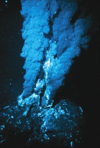 Рис. 1. «Черный курильщик» на срединно-океаническом хребте (Атлантика)