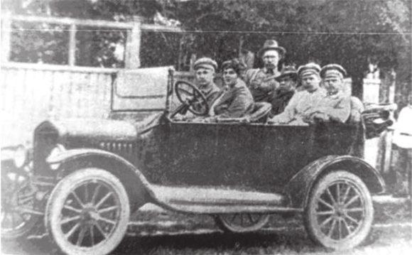 В центре, на подножке автомобиля, Гарольд Уэйр с работниками американо-российского совхоза в селе Тойкино, 1922 год