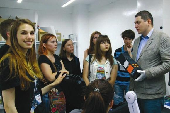 Александр Шаенко и летный экземпляр студенческого спутника «Маяк»