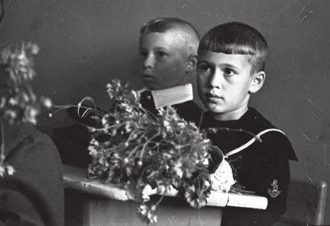 Будущий астроном Владимир Сурдин (справа). Школа № 1, г. Миасс, 1 сентября 1960 года. Первый урок в 1-м классе