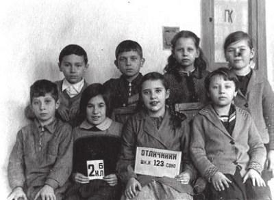 Будущий психолингвист Ревекка Фрумкина (в центре). 2-й класс. 1940 год