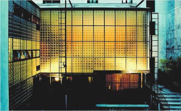 Рис. 7. Maison de Verre, стеклянный дом в Париже, построен архитектором Пьером Шаро в 1931 году. Судя по описаниям, в похожем доме жил Д-503, герой замятинского «Мы»