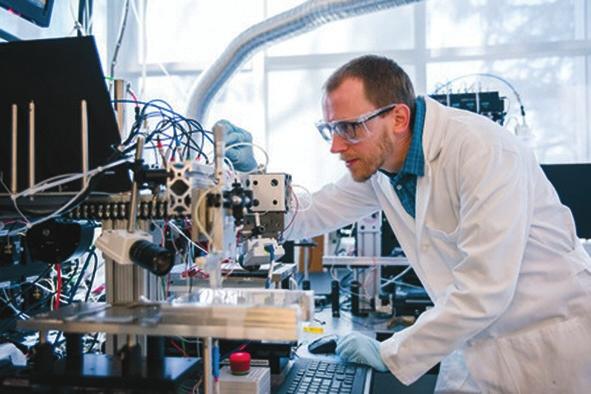 Джон Грегуар проверяет свойства полученных соединений. Фото Caltech