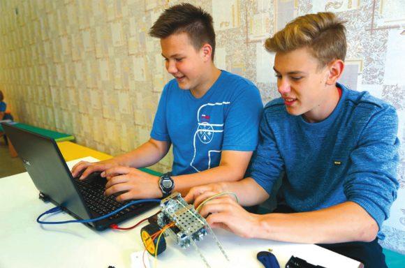 На занятии по робототехнике ребята создавали самоходные устройства