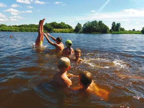 Между лекциями ребята и взрослые купались в реке Дубна