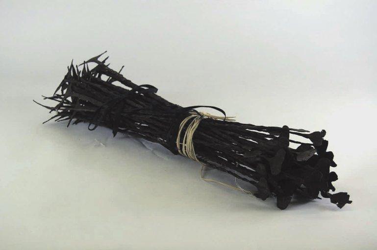 Рис.8. Кисси-пенни (отдельные — из Musée des Confluences, Руан, Франция; пучок — из Бруклинского музея, США), «Википедия»