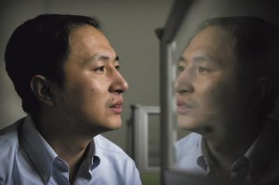 Цзянкуй Хэ в лаборатории в городе Шэньчжэнь. AP Photo/Mark Schiefelbein