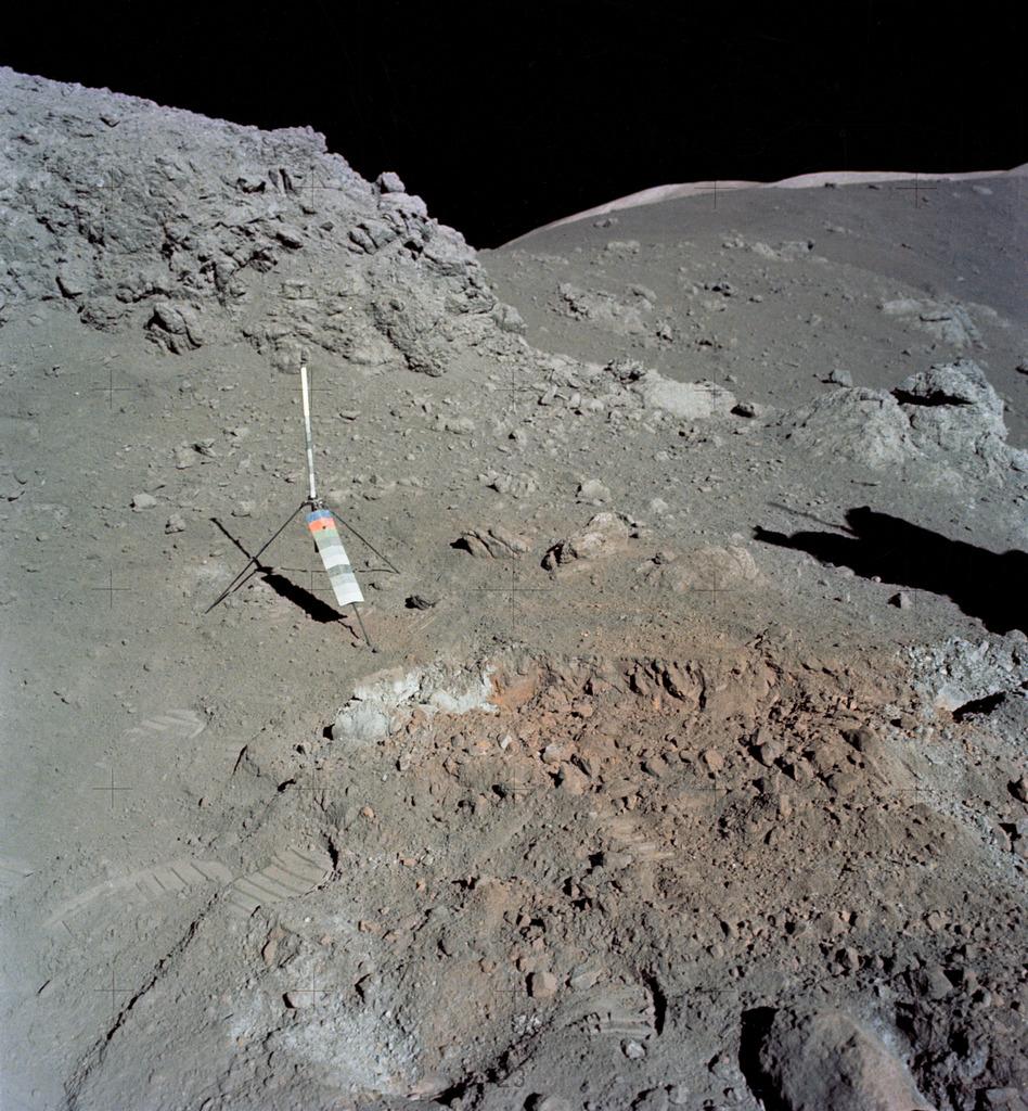 Участок с оранжевым грунтом, обнаруженный астронавтами «Аполлона-17» во время вылазки 12 декабря 1972 года (NASA, AS17-137-20990)