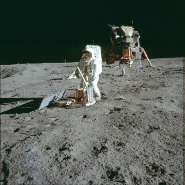 Астронавт Эдвин Олдрин устанавливает сейсмическую станцию PSEP (NASA, AS11-40-5947)