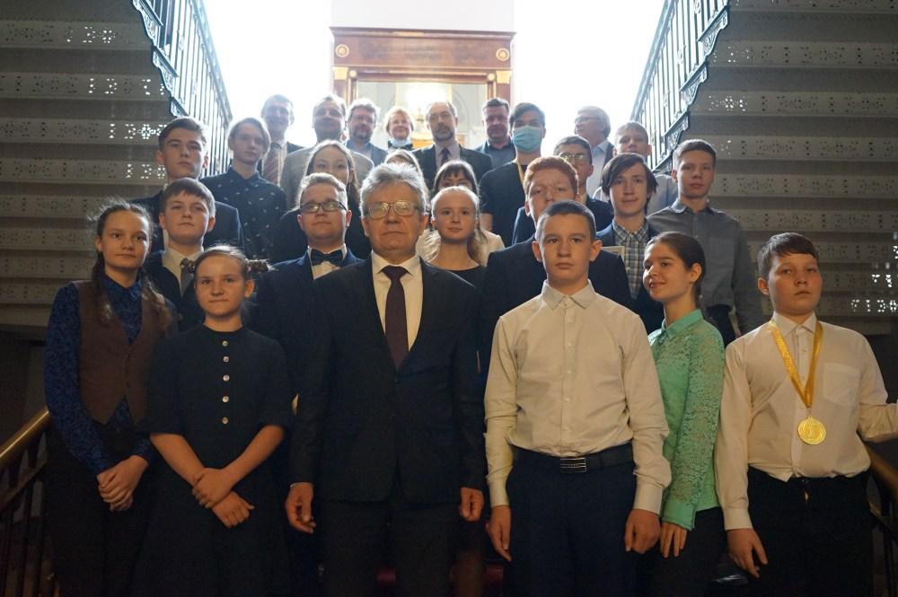 Члены и сотрудники РАН, победители и дипломанты викторины, их родители. Фото Н. Деминой