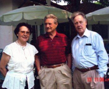 На следующий день после празднования 80-летия Дж. Сороса в его загородном имении в Саутгемптоне. Слева направо: Н. И. Сойфер, Дж. Сорос, В. Н. Сойфер