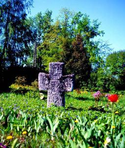 Каменный крест у входа в собор