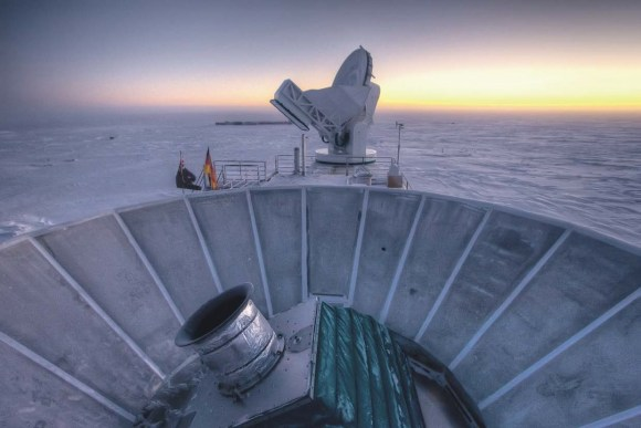 BICEP2 (на переднем плане) и южнополярный телескоп SPT (South Pole Telescope) на фоне заката. Фото Steffen Richter (Harvard University) с сайта www.cfa.harvard.edu