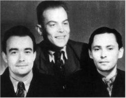 Участники разработки «третьей идеи» Г. А. Гончаров, В. Н. Климов и Ю. А. Трутнев на Семипалатинском полигоне в ноябре 1955 года («Природа», 2009, № 5)