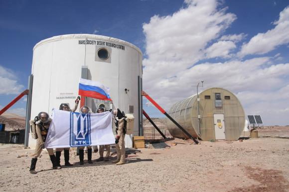 У Хэба с флагом ЦНИИ РТК. Фото (c) MDRS Team Russia